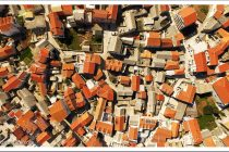Općinsko vijeće izbrisalo je i ukinulo odredbe prema kojima je većina građana Primoštena bespravnu kuću mogla legalizirati za nula kuna. Do sada je građanima oprošteno 40 milijuna kuna