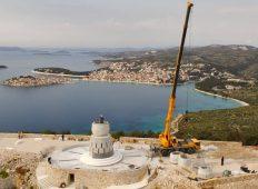 FOTO IZ ZRAKA: Postavljanje kipa Gospe od Loreta na vrh brda Gaj