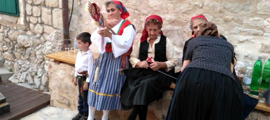Primoštenske čipkarice oduševile svojim radovima na Tjednu folklora i narodnih običaja u Betini
